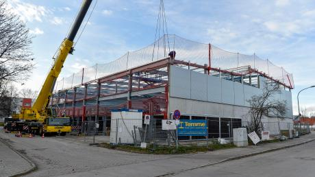Am Vonovia-Parkhaus am Landsberger Ziegelanger wird seit einigen Tagen wieder gebaut.