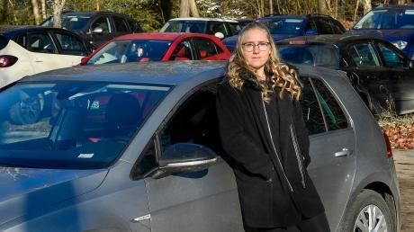 Pendler wie Viktoria Ressel tun sich oft schwer, rund um den Geltendorfer Bahnhof einen Parkplatz zu finden. In den Wohngebieten gilt derzeit ein absolutes Halteverbot. Die Regelung wird aber wieder gelockert.