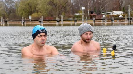 Ab in den kalten Ammersee: Beim Kältetraining begleitete LT-Redakteur Dominic Wimmer Fitnesstrainer Michele Bonomo (rechts).