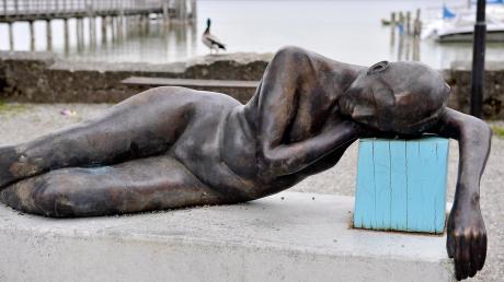 """Darf die """"Liegende"""" von Matthias Rodach weiterhin in der Seeanlage in Schondorf bleiben oder muss sie weichen?"""