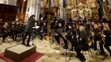 Die Stadtkapelle mit Dirigentin Daniela Sparrer beim Adventskonzert in der Stadtpfarrkirche Mariä Himmelfahrt.