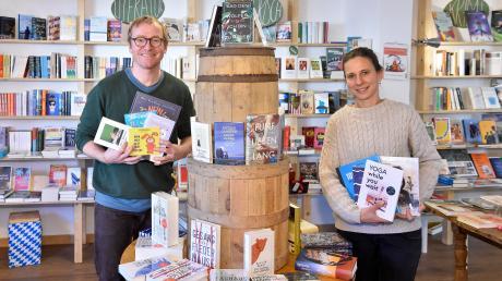 Buchtipps für die kalte Jahreszeit: Anton Gruber und Ulrike Kreutzer von der Buchhandlung Colibri in Dießen.