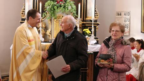 Pfarrer Thomas Wagner (links) verabschiedete Mesner Karl Bechler und dessen Ehefrau Erika beim Festgottesdienst in Kaltenberg.