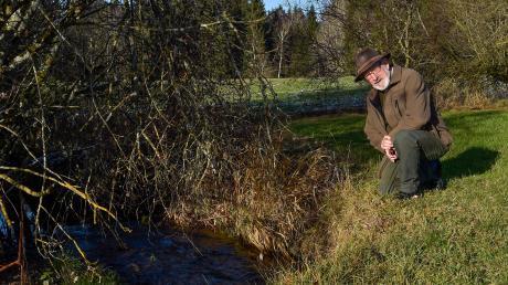 Christoph Böhmer ist Pächter des Rottbachs bei Rott. Der 69-Jährige verzichtet bewusst auf Fischbesatz, damit sich die Krebse dort ungestört vermehren können.