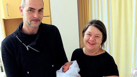 Die 1000. Geburt in diesem Jahr am Landsberger Klinikum: Die kleine Leni kam am Freitag zur Welt. Ihre Eltern Melanie und Björn Böhme freuen sich.