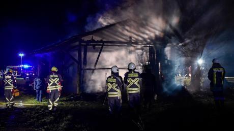 Ein halbes Dutzend Brände hat die Feuerwehren im Landkreis Landsberg in den vergangenen Tagen beschäftigt. In der Nacht auf Sonntag war ein Stadel bei Leeder betroffen (links). Die Polizei geht in allen Fällen von Brandstiftung aus.