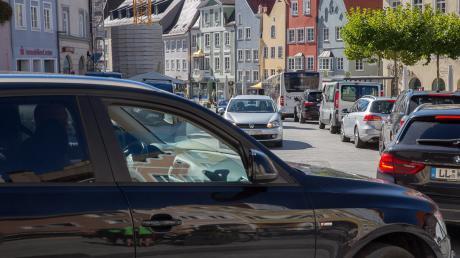 Viel Verkehr in der Innenstadt, speziell auf dem Hauptplatz in Landsberg ist oft sehr dicht.