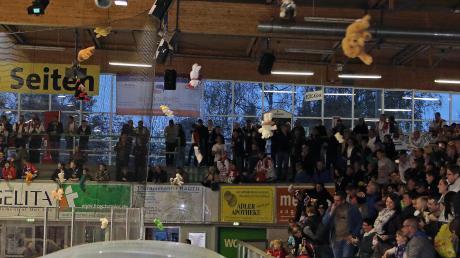 Vom Eishockey, wie hier in Memmingen vor einigen Jahren, kennt man den Teddy Bear Toss. Die Red Hocks führen diese Benefizaktion am Samstag – vermutlich zum ersten Mal in Deutschland – beim Floorball ein.