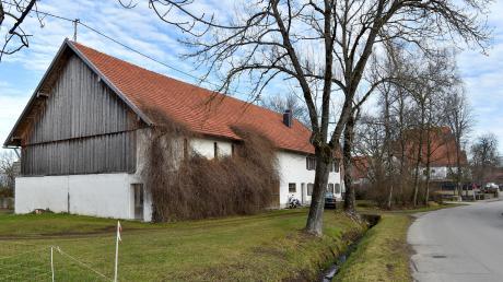 Diese Hofstelle in Holzhausen soll abgerissen werden, damit dort eine seniorengerechte Wohnanlage entstehen kann. Im Hintergrund sind das Gebäude des Brauereigasthofes und der dazugehörige Biergarten zu sehen.