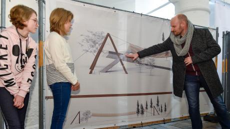 """""""Landsberg Stories"""" nennt sich eine Ausstellung in der Säulenhalle mit Schülerprojekten. Hier die """"Liane Bridge"""", präsentiert von (von links) Nicole Kaiser (zwölf Jahre), Maja Launer (zwölf Jahre) sowie Produktdesigner Harald Zehentbauer."""