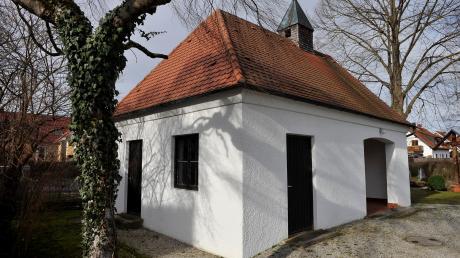 Die bestehende Leichenhalle auf dem Friedhof in Eching. Sie ist rund 70 Jahre alt und soll durch eine moderne Aussegnungshalle ersetzt werden. Die soll Trauernden nun mehr Platz bieten als ursprünglich geplant.