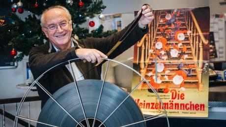 """Im Olympiakino in Landsberg wird für """"Die Heinzelmännchen"""" am Sonntag der analoge Filmprojektor angeworfen. Kinobetreiber Rudolf Gilk zeigt die Filmrolle."""