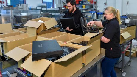 Die Genussmanufaktur hat Großkampfzeit. Konditoren Dominik Weber und Stefanie Nachtrob packen die Gewürzdosen in Pakete.