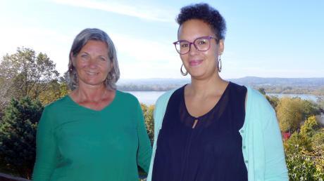 Gudrun Huber (links) und Jessica Ehrlicher von der Akademie Aidenried auf dem Balkon der Akademie mit traumhaftem Blick auf den Ammersee.
