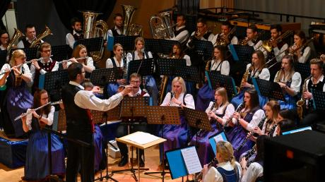 Das Adventskonzert des Musikvereins Penzing in der Waldorfschule Landsberg lockte wieder zahlreiche Besucher an. Am Ende gab es einen Erlös von 8000 Euro.