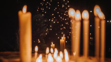 Kerzenlicht erhellt die Kirchen in diesen Tagen.