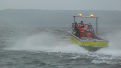 Die Wasserwachten Herrsching und Dießen waren am ersten Weihnachtsfeiertag im Einsatz. Vor der Herrschinger Bucht waren zwei Kajakfahrer gekentert.