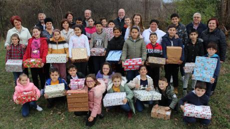 Geschenke hatten die Rumänienhelfer unter anderem auch für die Kinder dabei, die in den Suppenküchen von Caransebes betreut werden.