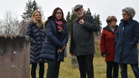 Besuch auf der Gedenkstätte: (von links) Zweite Bürgermeisterin Doris Baumgartl, Sandra Simovich, Manfred Deiler und Gabriele Triebel (rechts).