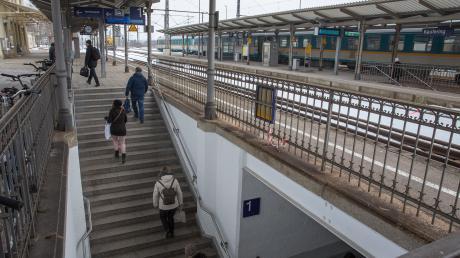 Im Kauferinger Bahnhof wollte ein Ehepaar mit seinen Kindern die Bahngleise überqueren.