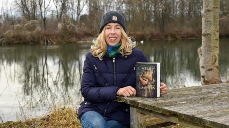 """Autorin Alexandra Cavelius aus Kaufering hat einen neuen Roman veröffentlicht. Er trägt den Titel """"Die Assassinin""""."""