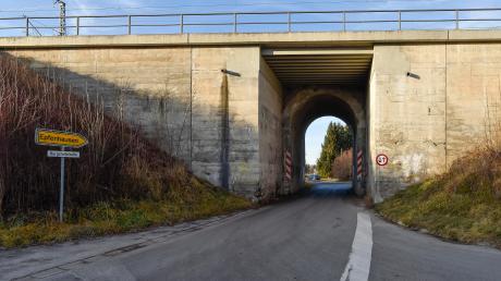 Die Bahnüberführung zwischen Untermühlhausen und Epfenhausen soll im Zuge der Elektrifizierung der Bahnstrecke München-Lindau erneuert werden.