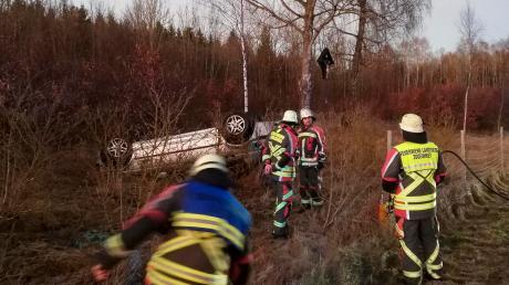 Glück im Unglück: Mit leichten Verletzungen kamen am Montag zwei Frauen bei einem Unfall auf glatter Straße zwischen Erpfting und Landsberg davon.