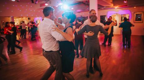In der Tanzschule Payer in Landsberg ist der klassische Paartanz noch angesagt.