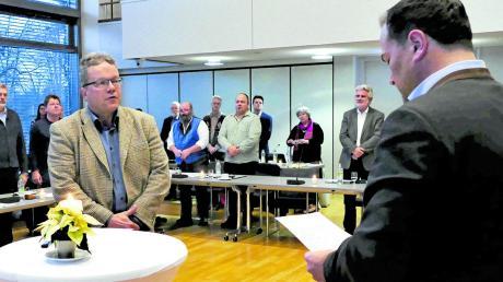 Landrat Thomas Eichinger vereidigte Volker Bippus (links) als neues Mitglied im Kreistag.