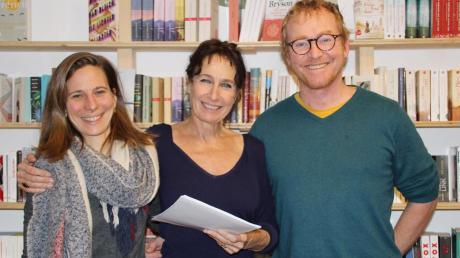"""Die Buchhändler Ulrike Keutzer (links) und Anton Gruber (rechts) begrüßten Autorin Katalin Fischer zu einer Lesung ihres Romans """"Die Fischers, die Hamburgers und die Bands""""."""