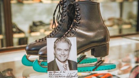 Ottokar Grötsch hat seinen Cousin Hans-Jürgen Bäumler in seiner Heimat Nizza getroffen und hat ihn gebeten seine Schlittschuhe dem Landsberger Schuhmuseum zur Verfügung zu stellen.
