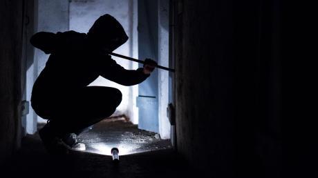 In Holzheim sind Unbekannte in ein Kieswerk eingebrochen.