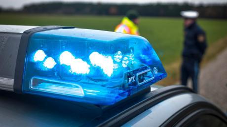 Nach einem Unfall bei Moorenweisließ ein unbekannter Fahrer das stark beschädigte Fahrzeug kurzerhand zurück und verschwand.