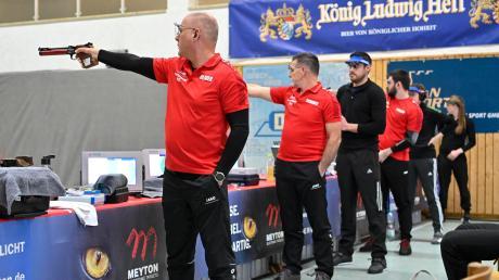 Die Luftpistolenschützen von Edelweiß Scheuring (rote Shirts) haben den Klassenerhalt in der 1. Bundesliga geschafft.