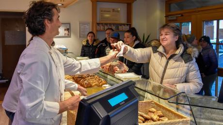 Von der Pflicht einenKassenbon auszugeben, ist auch dieBäckerei Pfatischer in Unterdießen betroffen.Bäckermeister Werner Pfatischer gibt ihn hier gerade Kundin Gabi Hobelsberger.