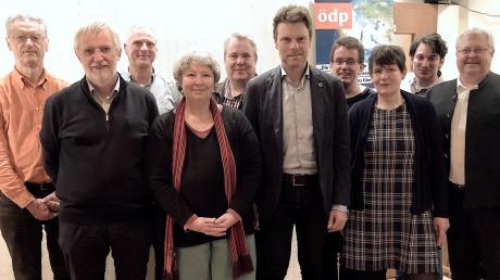 Das Spitzenfeld der ÖDP für die Kreistagswahl bilden (von links)Landratskandidat Wolfgang Buttner (Platz 3), Hanns-Dieter Schlierf (4), Rainer Christl (7), Annunciata Foresti (2), Jörg Burchardt (9), Robert Sedlmayr (1), Rainer Rubenwolf (8), Lucia Winterholler-Pawlak (5) und Franz Blank (6). Zweiter von rechts ist der kommissarische Kreisvorsitzende Steffen Gölzner.