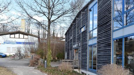 Zwei Nachbarn, die derzeit noch nicht zusammenfinden: das Warmfreibad und das Fitnessunternehmen Hardy's in Greifenberg.