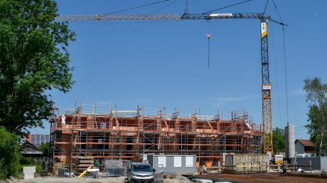 Der Landkreis Landsberg wächst und wächst – zu sehen beispielsweise an reger Bautätigkeit wie hier in Hurlach.