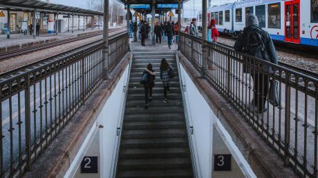 Der barrierefreie Umbau des Bahnhofs Kaufering verzögert sich. Das sorgt für Kritik.