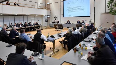 Der Landsberger Kreistag: Auch die 60 Mitglieder des Landkreis-Gremiums werden am 15. März neu bestimmt. Möglicherweise treten dafür bis zu zehn Parteien und Wählergruppen an.