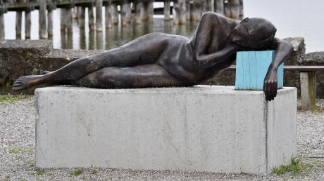 """Die Bronzeskulptur """"Liegende"""" von Matthias Rodach in der Schondorfer Seeanlage. Der Gemeinderat hat nun entschieden, das Kunstobjekt für 20.000 Euro zu kaufen. Die Hälfte der Kosten übernimmt ein anonymer Spender."""