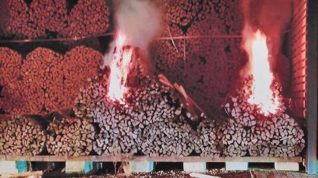 Die Polizei hat in der Nacht auf Freitag die mutmaßlichen Brandstifter geschnappt, die wohl für die Brandserie im Landkreis Landsberg verantwortlich sind. Dieses Fot stammt von einem brennenden Holzstapel in Unterdießen.