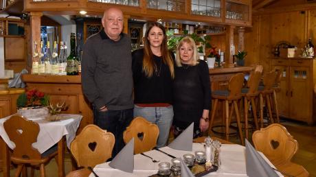 """30 Jahre """"Café und Weinstube am Hexenturm"""" – das wurde jetzt in Landsberg gefeiert. Unser Foto zeigt die Senior-Wirtsleute Helmut und Silvia Maier mit Tochter Lisa, die die Gaststätte seit 2018 führt."""