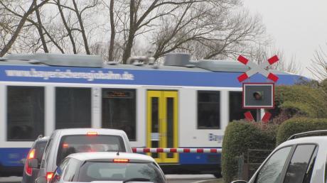 Der Bahnübergang an der Weilheimer Straße in Dießen: Ein zusätzliches Andreaskreuz soll die Aufmerksamkeit der Autofahrererhöhen. Dennoch ereignete sich jetzt wieder ein Unfall.