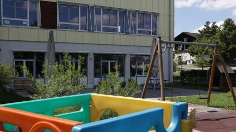 Die Mädchen und Buben der Kindertagesstätte Don Bosco sind derzeit in diesem Gebäude an der Mitteschule in Kaufering untergebracht.