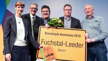 Bei der Preisverleihung: (von links) Jana Westphal (Fachagentur für nachwachsende Rohstoffe), Staatssekretär Uwe Feiler, Bürgermeister Erwin Karg, Werner Ruf und Josef Weber.