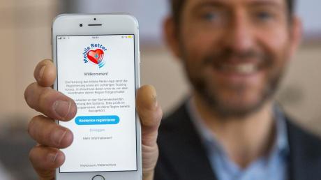 Über eine App auf ihrem Smartphone sollen die Mobilen Retter alarmiert und zu den Patienten navigiert werden.