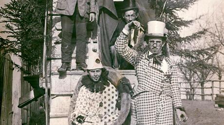"""Beim Faschingsumzug in Igling waren viele Jahre vor allem die örtlichen Vereine aktiv. Das Foto oben entstand 2016. Die Tradition reicht bis ins Jahr 1925 zurück. Das Foto zeigt Wagen und Teilnehmer der """"Verjüngungskur"""" - mit lebender Ratte."""