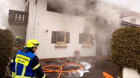In einem Uttinger Einfamilienhaus ist am Sonntagvormittag ein Feuer ausgebrochen.Eine Bewohnerin wurde verletzt.