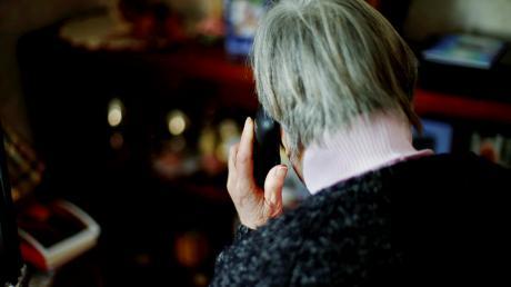 Falsche Polizeibeamte haben eine Seniorin aus Gauting am Telefon betrogen.